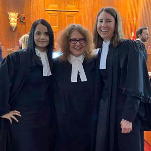 The legal team of Meaghan McMahon, Anita Szigeti and Ruby Dh和 in the Supreme Court of 加拿大.